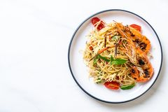 шевелить-зажаренные спагетти с зажаренными креветками и томатами стоковое фото rf