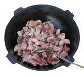 Шевелить мяса во время жарки в железном лотке на коле Стоковое фото RF