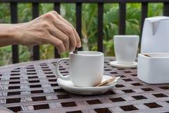 Шевелить в кофейной чашке Стоковое фото RF