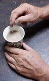 Шевелить чашку кофе. стоковое фото rf