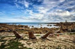 Шезлонг в переднем красивом пляже утеса в Бретани, Франции Стоковое Изображение RF