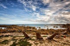 Шезлонг в переднем красивом пляже утеса в Бретани, Франции Стоковая Фотография RF