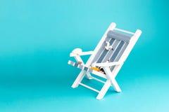 Шезлонг изолированный на голубой предпосылке Тропическая предпосылка каникул Шезлонг на песочном острове, космос экземпляра, стоковые изображения rf