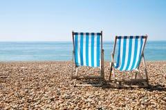 2 шезлонга настроенного на пляже Стоковые Изображения