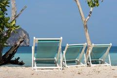 3 шезлонга на песке и виде на море Стоковая Фотография RF