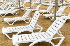 Шезлонги в мёртвом сезоне на песчаном пляже Стоковое Изображение RF
