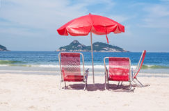 Шезлонги и зонтик на пляже в Рио-де-Жанейро Стоковые Фотографии RF