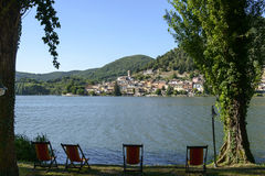 Шезлонги на береге озера на озере Piediluco, Риети Стоковое Фото