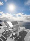 Шезлонги обозревая кальдеру на острове Santorini Стоковые Фото
