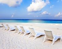 Шезлонг на ландшафте seashore.tropical в солнечном дне стоковые фотографии rf