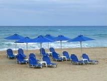 Шезлонг с зонтиком на пляже стоковое фото