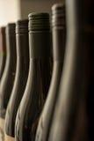Шеи загерметизированных темных бутылок вина Стоковая Фотография RF