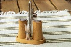 Шейкер соли и перца на деревянном столе стоковое изображение rf