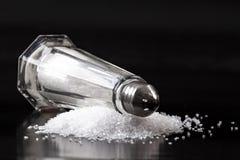 Шейкер соли на куче соли стоковые изображения