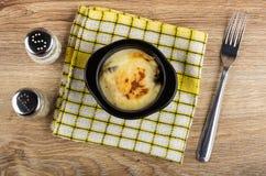 Шейкер соли, шейкер перца, julienne с цыпленком и гриб в шаре на салфетке, вилке на деревянном столе r стоковые фотографии rf