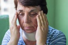 Шейный бандаж старшей женщины нося стоковое фото