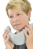 Шейный бандаж пожилой женщины нося стоковая фотография rf