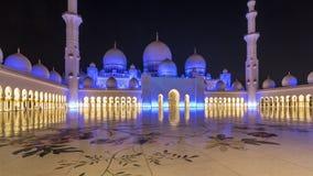 Шейх Zayed Грандиозн Мечеть загоренная на hyperlapse timelapse ночи, Абу-Даби, ОАЭ сток-видео