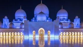 Шейх Zayed Грандиозн Мечеть загоренная на timelapse ночи, Абу-Даби, ОАЭ видеоматериал