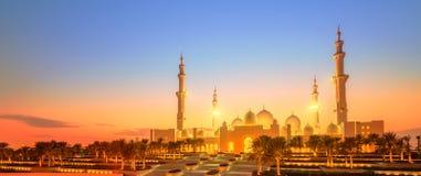 Шейх Zayed Грандиозн Мечеть на сумраке, Абу-Даби Стоковые Изображения RF