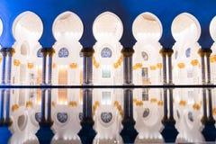 Шейх Zayed Грандиозн Мечеть Центр Абу-Даби загоренный на ноче с голубым цветом Белые террасы Стоковые Изображения