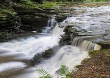 Шелковистый ровный водопад стоковое изображение