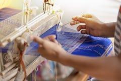 Шелк Weave Phon запрета Praewa, шелкопряд в Kalasin, Таиланде Стоковые Изображения