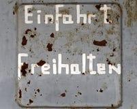 Шелушась старая выдержанная немецкая надпись стоковое фото rf