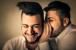 шептать секретов друзей стоковая фотография rf