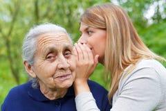 Шептать секрету к grandma& x27; ухо s Стоковое Изображение