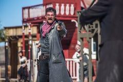 Шериф Duels бандит в городке Стоковое Изображение
