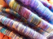 Шерстяная пестротканая handmade пряжа в кренах Стоковое Фото