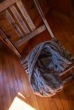 Шерстяной шарф лежа на деревянном стуле Стоковое фото RF