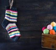 Шерстяные носки вися на веревке для белья Стоковые Изображения RF