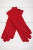 Шерстяные перчатки для женщины на белых досках, одежде на осень или зиме Стоковые Изображения RF
