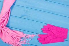 Шерстяные перчатки и шаль на женщина на голубых досках, одежда на осень или зима Стоковое Изображение