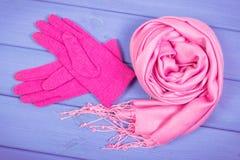 Шерстяные перчатки и шаль на женщина на досках, одежда на осень или зима Стоковая Фотография RF