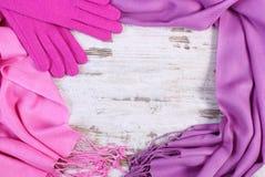 Шерстяные перчатки и шаль с космосом экземпляра для текста, старой деревенской деревянной предпосылки Стоковые Фото
