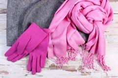 Шерстяные перчатки и шаль с сумкой для женщины на старой деревянной предпосылке Стоковое Фото