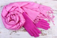 Шерстяные перчатки и шаль для женщины на старой деревянной предпосылке Стоковые Фотографии RF