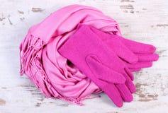 Шерстяные перчатки и шаль для женщины на старой деревянной предпосылке Стоковое фото RF