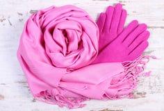 Шерстяные перчатки и шаль для женщины на старой деревянной предпосылке Стоковое Изображение RF