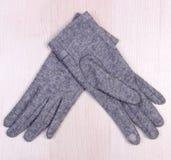 Шерстяные перчатки на деревянной предпосылке, одежде на осень или зиме Стоковое Фото