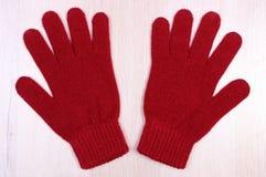 Шерстяные перчатки на деревянной предпосылке, одежде на осень или зиме Стоковые Изображения RF