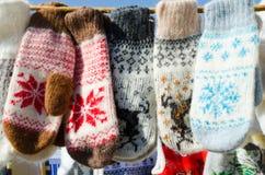 Шерстяные mittens вися на веревочке Рождественская ярмарка Стоковые Изображения RF