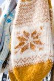 Шерстяные mittens вися на веревочке Рождественская ярмарка Стоковое фото RF