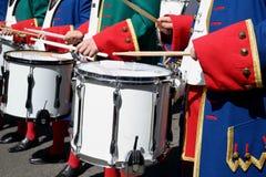Шествие барабанщиков с белыми барабанчиками, нося форму стоковое фото