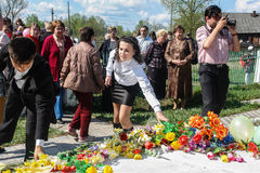 Шествие и класть цветков школьниками к мемориалу упаденных солдат дальше могут 9 в зоне Kaluga России стоковое фото