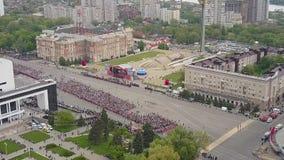 Шествие людей 9-ого мая в день победы Бессмертный полк видеоматериал