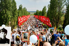 Шествие местных людей с фото их родственников в бессмертном полке на ежегодный день победы на холме Mamaev в Волгограде Стоковая Фотография